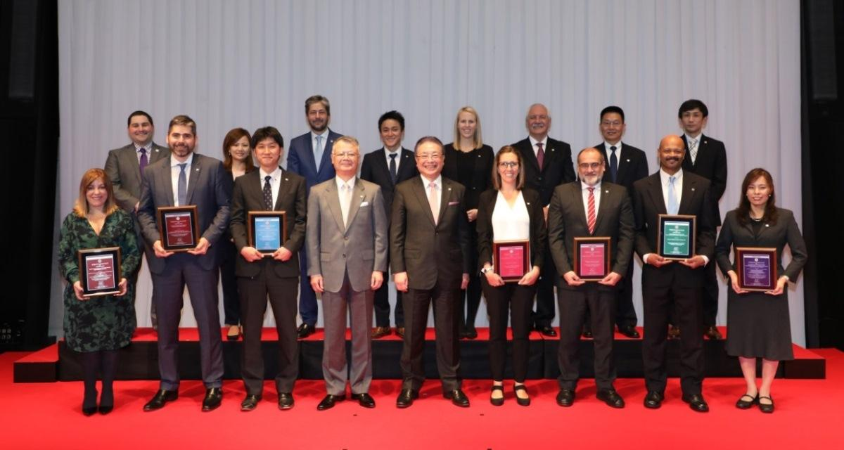 Bridgestone Global CEO and Global COO with the winners of the Bridgestone Group Awards 2017